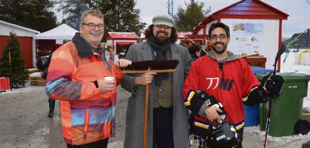 Le maire Robert Miller, en compagnie de l'animateur Baptiste Leblanc et du coordonnateur aux loisirs de la municipalité, Éric St-Pierre. Photo : Malory Lepage