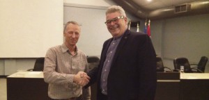 Robert Miller et Denis Vachon, gagnant du concours organisé par la Municipalité. Photo : Édouard Dufour