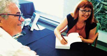 C'est avec le sourire que l'auteure Christiane (Cri) Cormier a dédicacé son roman à Robert Miller, maire de Stoneham. Photo : Édouard Dufour