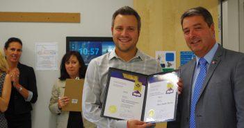 Marc-André Perron a reçu son certificat des mains du député de Portneuf-Jacques-Cartier, Joël Godin. Photo : courtoisie