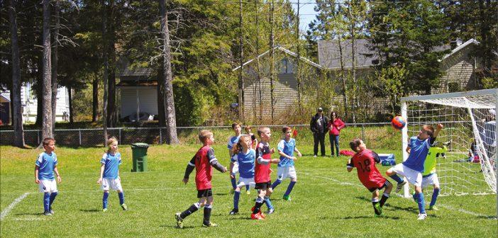 Des centaines de jeunes célèbrent le soccer